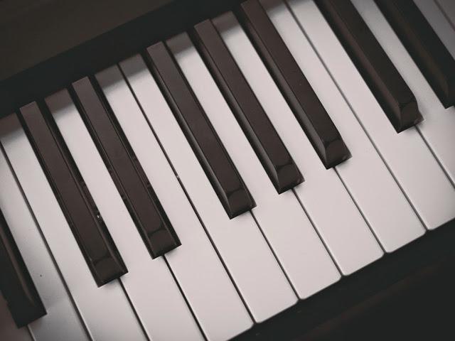 results in cert、ピアノロックのカッコいい音楽