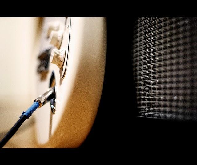 tib、ポップなギターでロックを演奏