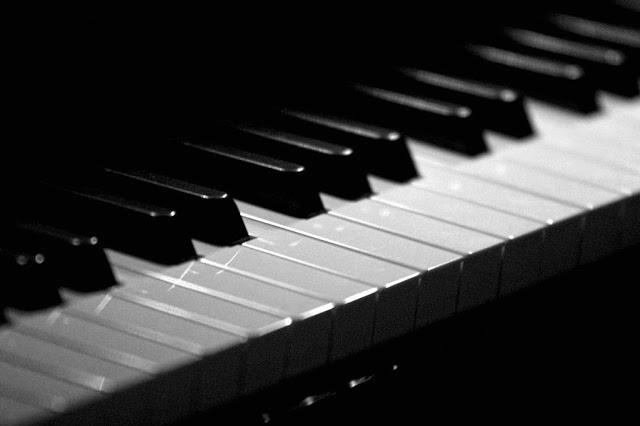 the phenomenons、音数が多い透明なピアノロック